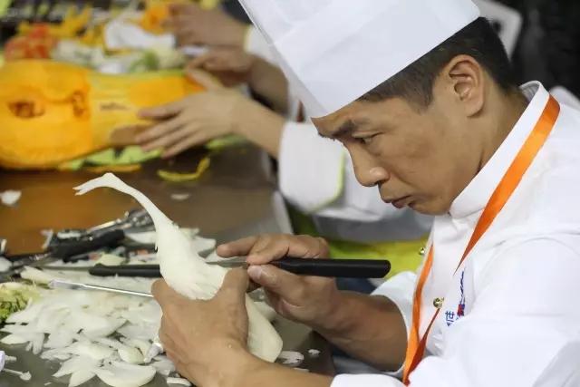 第二届中国烹饪铁人赛厨师认真雕刻